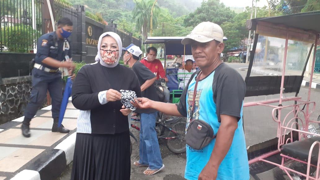 Kepala Perwakilan Bank Indonesia Siboga Suti Masniari Nasution saat membagikan masker dan hand sanitizer kepada masyarakat. Foto: Rakyatsumut.com/ Mirwan Tanjung