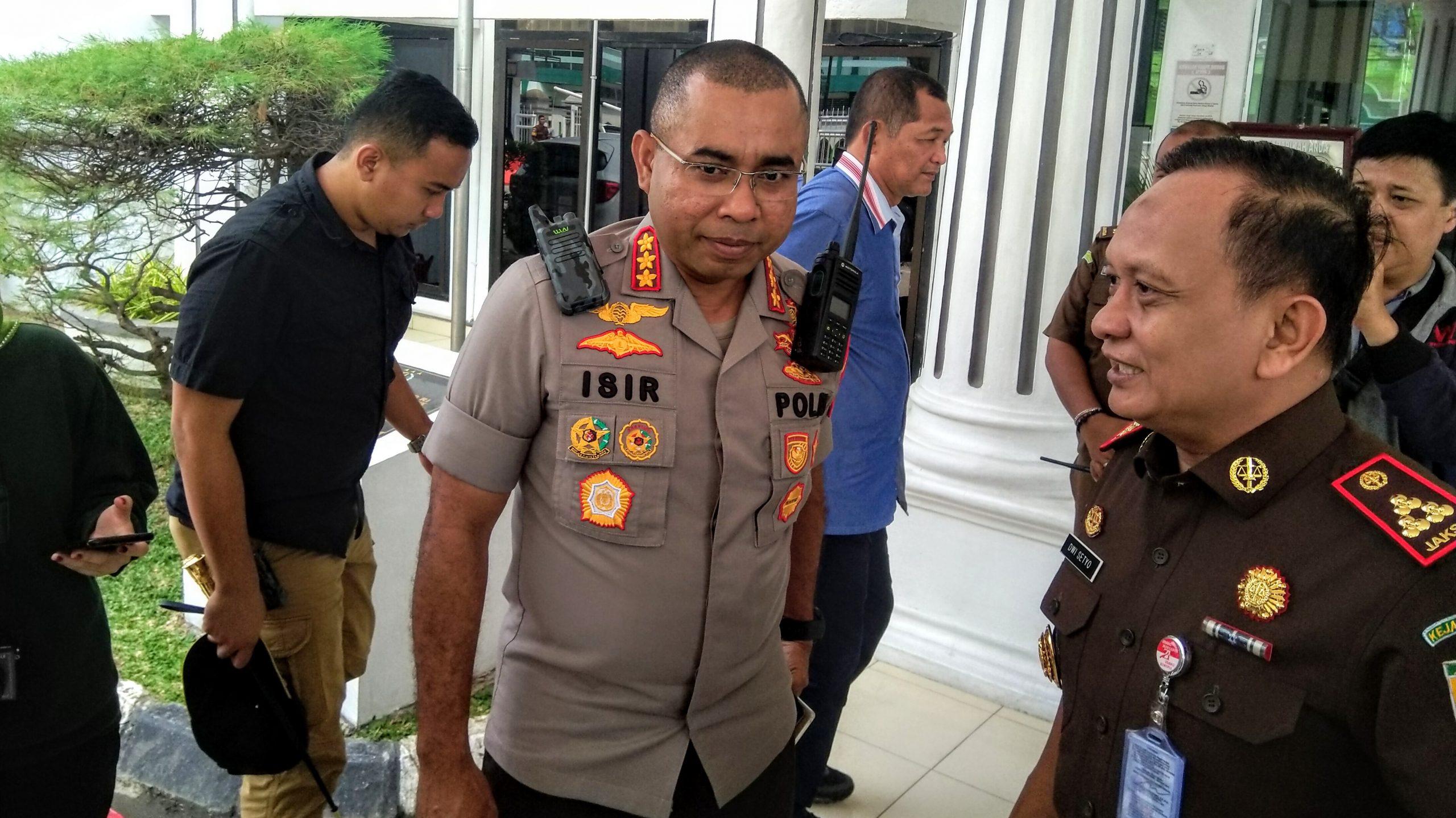 Kapolrestabes Medan Komisaris Besar Polisi Johnny Eddizon Isir (tengah) saat kunjungi kantor Kejaksaan Negeri Medan. Foto: Rakyatsumut.com / Ucis