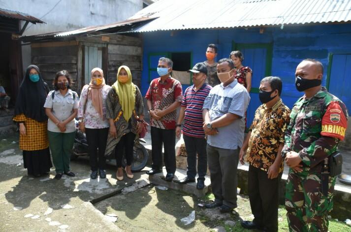 Tim gugus tugas covid-19 kota Sibolga saat menyerahkan bantuan sembako. Foto: istimewa