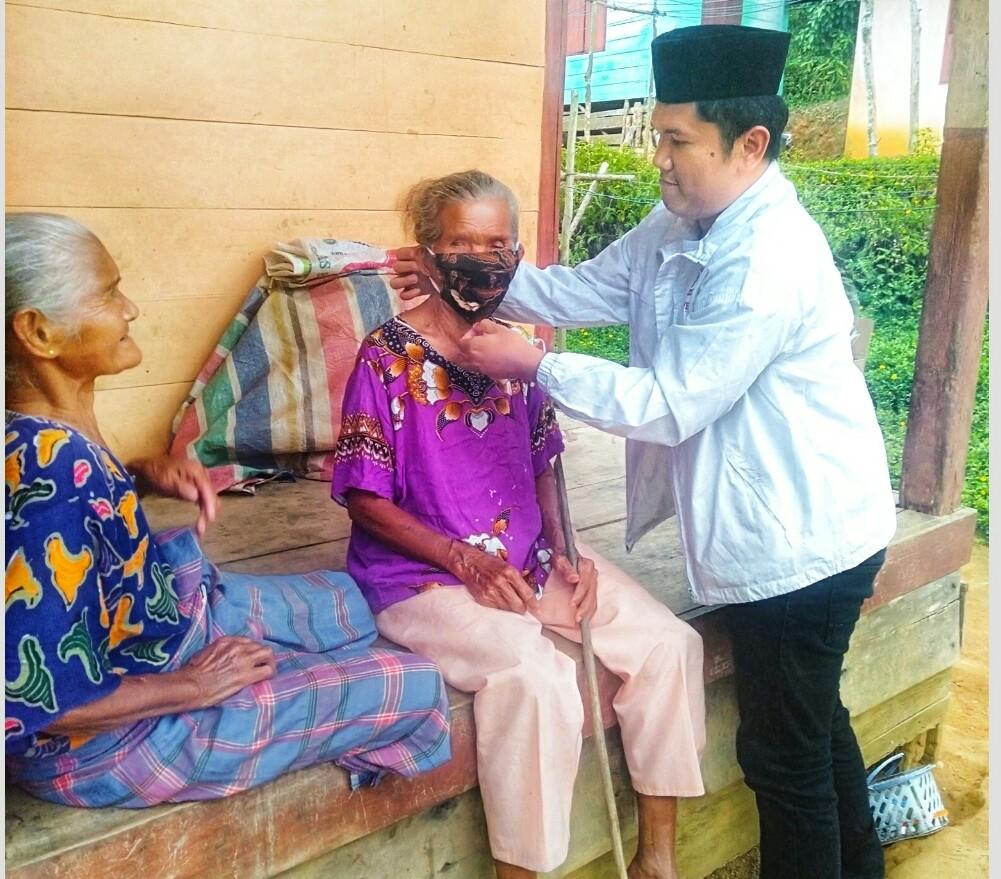 Saddam Husein Simatupang, Sekjen Pospera Sumatera Utara saat membagikan masker. Foto: istimewa