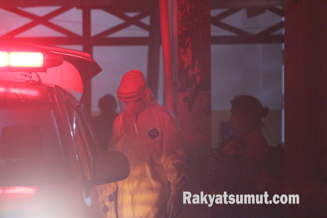 Tim Medis RSUD Pandan saat mempersipkan proses keberangkatan satu orang PDP ke Kota Medan. Foto: Rakyatdumut.com