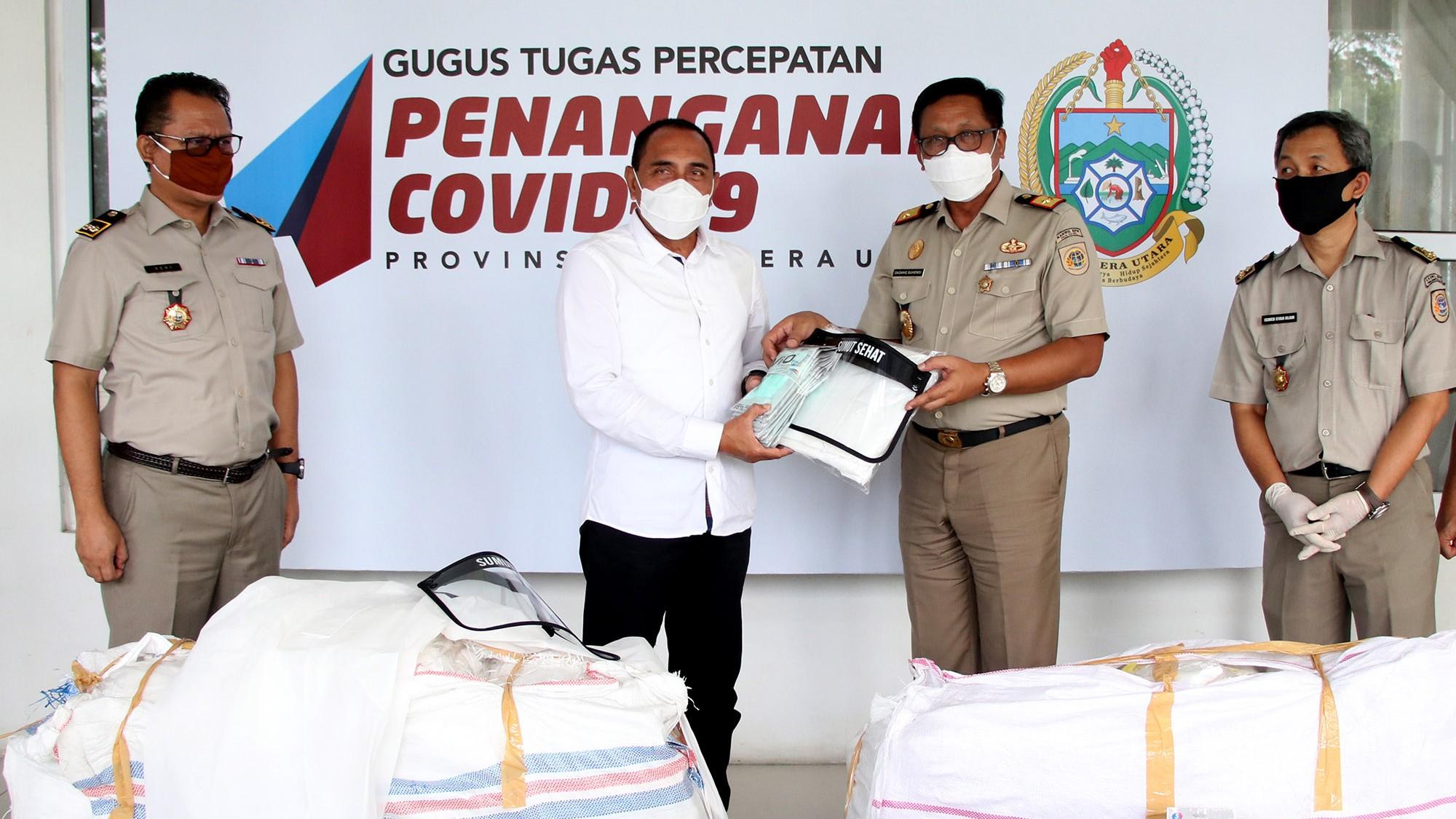 Gubernur Edy Rahmayadi menerima penyerahan bantuan APD dari Kanwil BPN Sumut. Foto: Biro Humas Setdaprov Sumut.