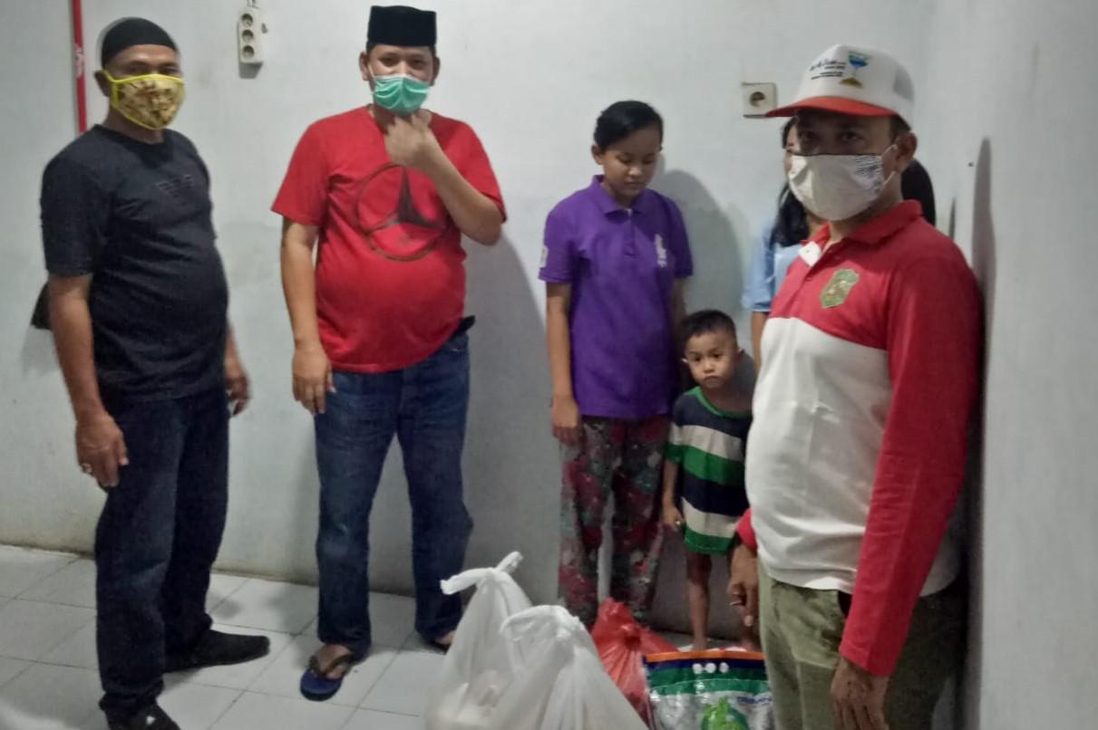 Penyerahan bantuan kepada keluarga yang terdampak Covid-19 di Medan Denai. Foto: Istimewa