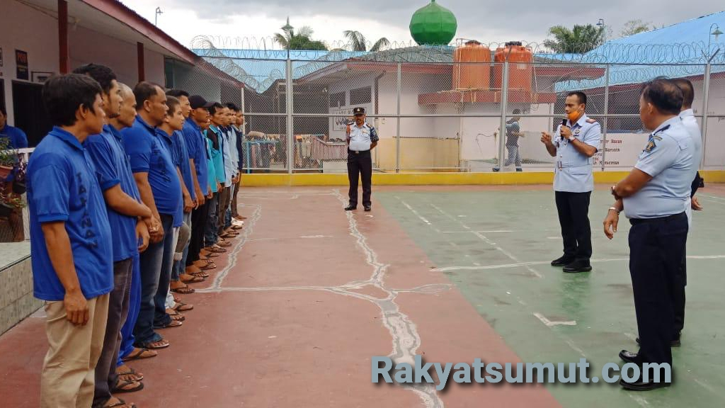 Kalapas Gunung Tua, Sangapta Surbakti, memberikan arahan kepada narapidana. Foto : Rakyatsumut.com/ Rifai Dalimunthe