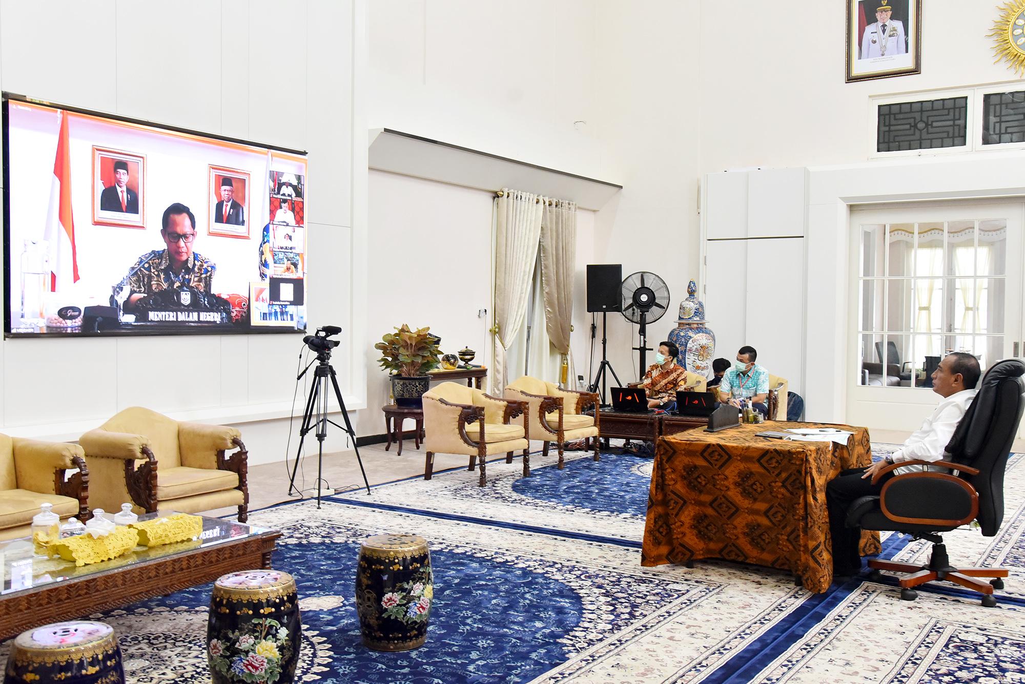 Mendagri Tito Karnavian saat video conference dengan kepala daerah se Indonesia, Kamis (9/4/2020). Di Sumatera Utara, Gubernur Edy Rahmayadi dan Bupati serta Wali Kota mengikuti video conference ini. Foto: Biro Humas dan Keprotokolan Setdaprov Sumut/ Veri Ardian)