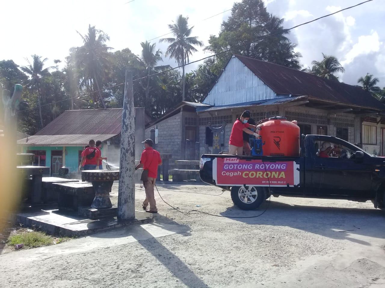 Penyemprotan disinfektan di rumah warga di Desa Bawonahono yang digelar DPC PDIP Nisel. Foto: Rakyatsumut.com/ Saksikan Sarumaha