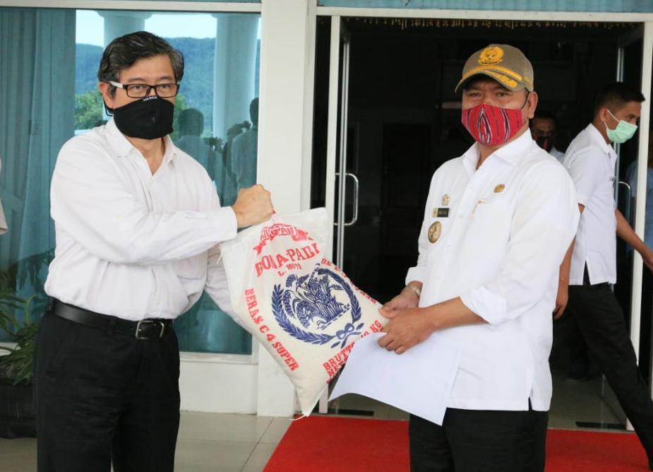Bupati Taput Nikson Nababan saat menerima bantuan berupa 3 ton beras dari PT. TPL, Tbk. Foto: Istimewa