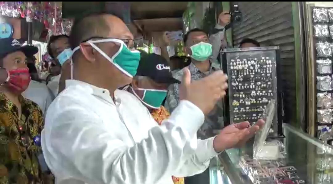 Akhyar Nasution saat Sidak di Pusat Pasar. Foto: Screenshoot video