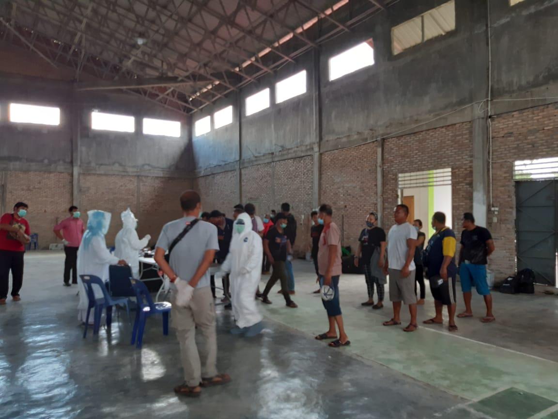 Petugas Medis dari tim gugus tugas Tanjungbalai saat memeriksa kesehatan para TKI Ilegal asal Malaysia. Foto: Istimewa