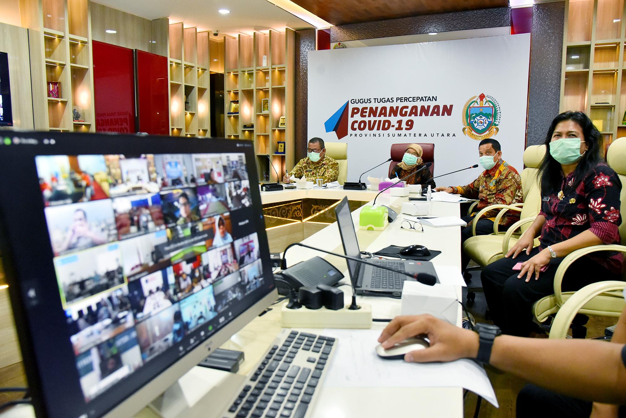 Sekretaris Daerah Provinsi Sumatera Utara (Sumut) R Sabrina mengikuti rapat teleconference denganKepala Satuan Tugas (Kasatgas) Koordinasi dan Supervisi Pencegahan Korupsi (Korsupgah) wilayah I Maruli Tua. Foto Biro Humas dan Keprotokolan Setdaprov Sumut/ Veri Ardian.