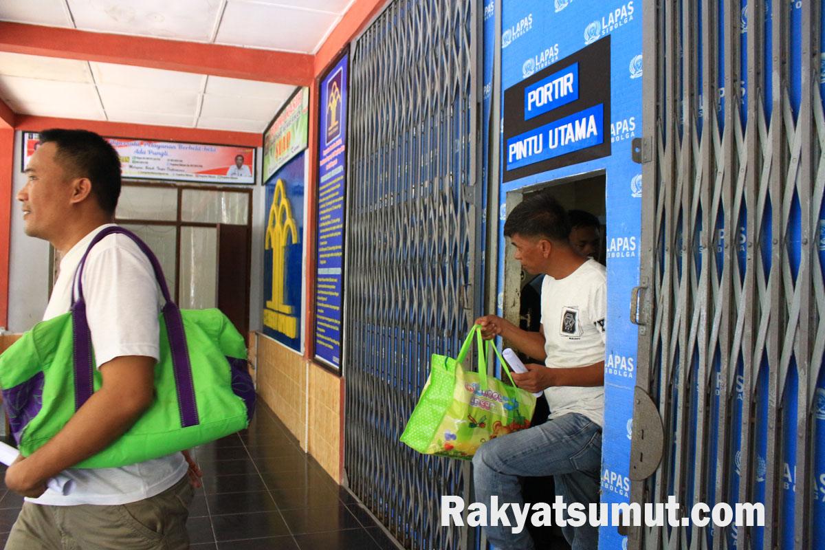 Warga Binaan keluar dari portir utama di Lapas Klas II A Sibolga usai mendapatkan pembebasan sebagai dampak covid-19. Foto: Rakyatsumut.com/ Damai Mendrofa