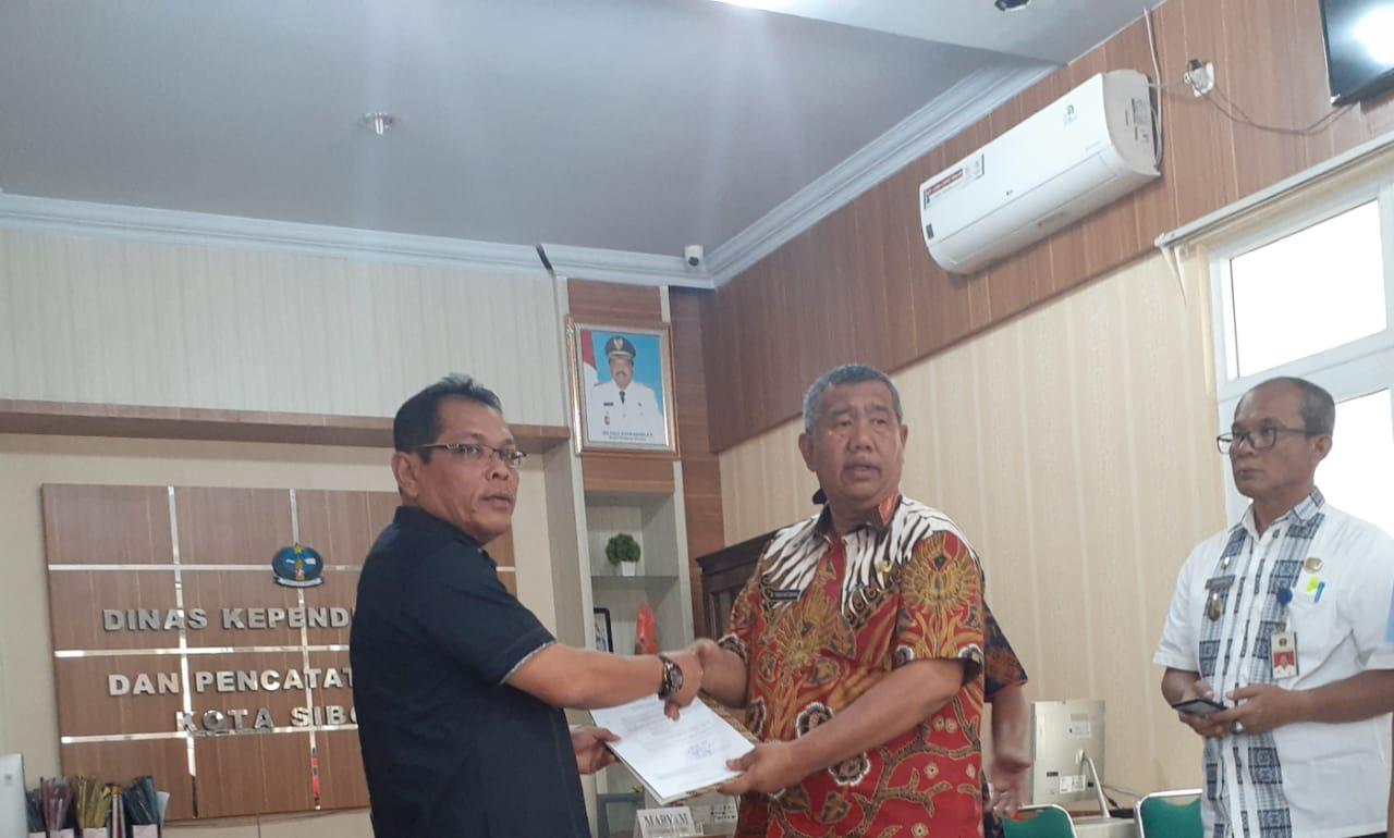 Amarullah Gultom saat menerima Surat Perintah Tugas Dari Sekda Kota Sibolga M Yusuf Batubara Di Ruang Disdukcapil. Foto: Rakyatsumut.com/ Mirwan Tanjung