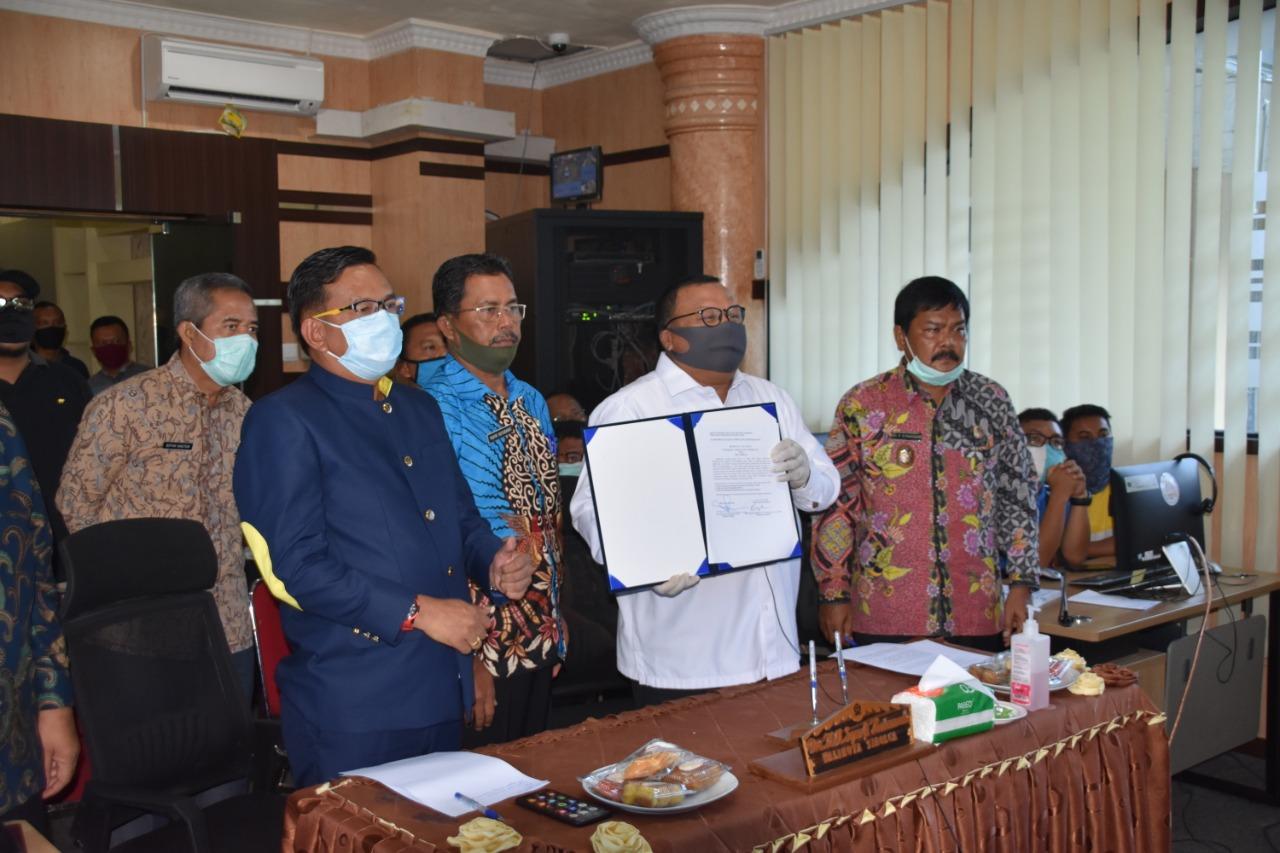 Wali Kota Sibolga M Syarfi Hutauruk dan Wakil Ketua DPRD Sibolga Jamil Zeb Tumori didampingi sejumlah OPD menerima penyerahan opini Wajar Tanpa Pengecualian (WTP), atas Laporan Hasil Pemeriksaan (LHP) atas Laporan Keuangan Pemerintah Daerah (LKPD) Tahun Anggaran (TA) 2019, Jumat (17/4/2020). Penyerahan WTP itu dilakukan dengan video conference usai diumumkan resmi Kepala BPK Perwakilan Sumatera Utara (Sumut) Eydu Oktain Panjaitan. Opini WTP ini bukan kali pertama, tahun sebelumnya Pemko Sibolga juga menerima opini yang sama. Foto: Dokumentasi Diskominfo Kota Sibolga