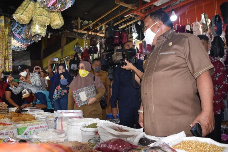 Wali Kota Sibolga M Syarfi Hutauruk meninjau kondisi Pasar Nauli Sibolga, Senin (27/4/2020). Anggota Komisi II DPRD Sibolga dan sejumlah pejabat di Pemko Sibolga mendampingi peninjauan ini. Selain berbincang dengan para pedagang, Wali Kota juga sekaligus mengumumkan perihal keringanan retribusi pasar daerah kepada para pedagang. Keringana itu akan berlaku selama pandemi covid-19. Foto: Dokumentasi Diksominfo Sibolga