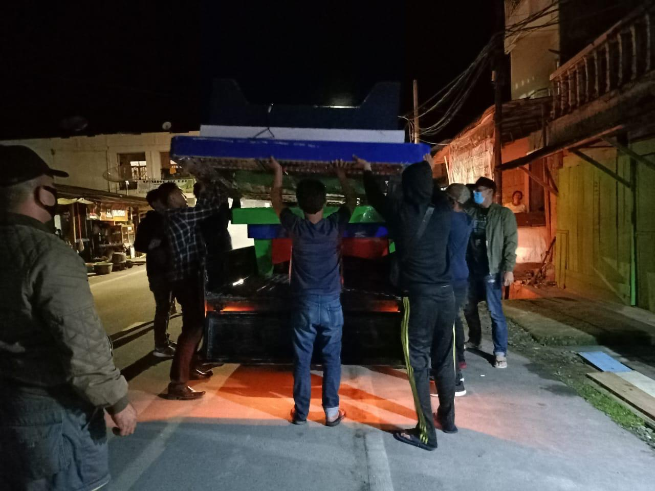 Personel Polres Samosir saat mengamankan barang bukti permainan judi ikan-ikan, Kamis (29/4/2020) malam. Foto: Istimewa