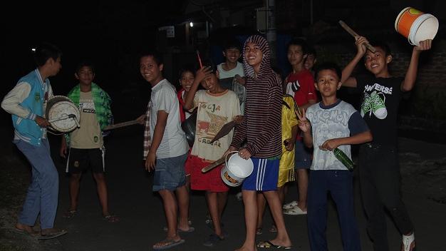 Segerombolan remaja lakukan kegiatan bangunkan sahur keliling (ilustrasi). Foto: Istimewa