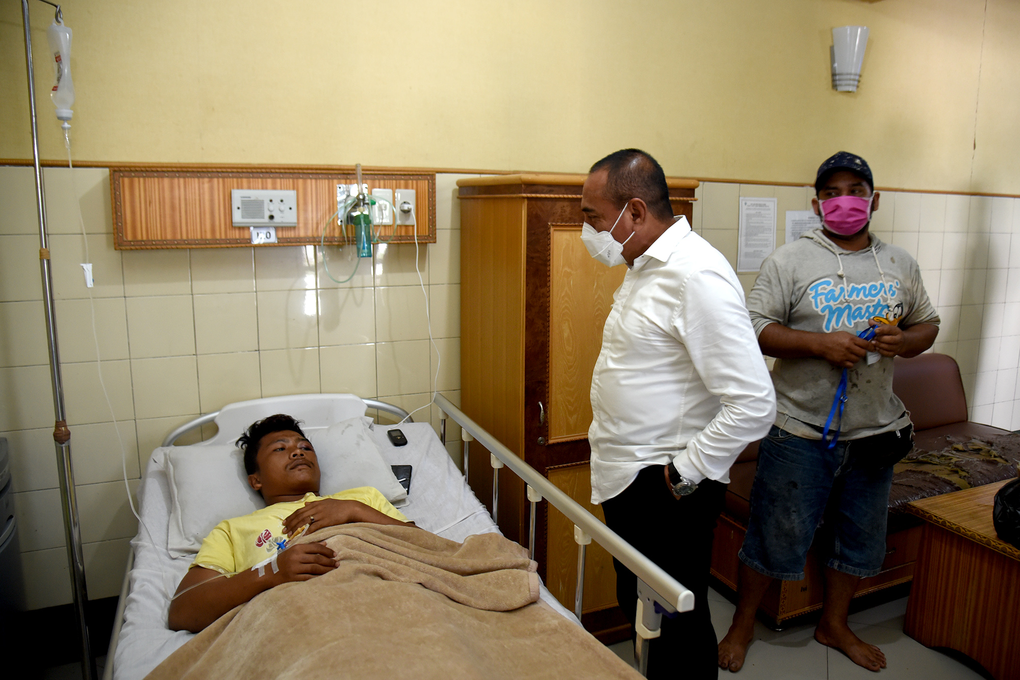 Gubernur Sumut Edy Rahmayadi menjenguk korban selamat banjir bandang Sibiru-biru, Riki Sembiring di Rumah Sakit Sembiring, Kecamatan Delitua, Deliserdang (15/4/2020). Foto: Biro Humas dan Keprotokolan Setdaprovsu/ Fahmi Aulia