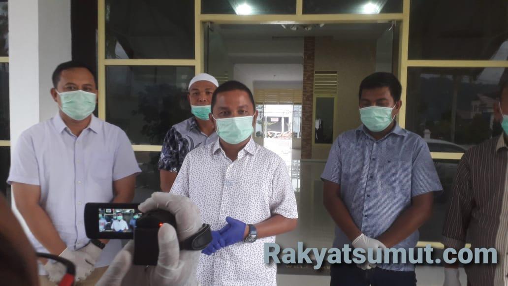 Bupati Tapteng Bakhtiar Ahmad Sibarani saat konfrensi pers, Jumat (27/4/2020). Foto: Rakyatsumut.com/ Damai Mendrofa