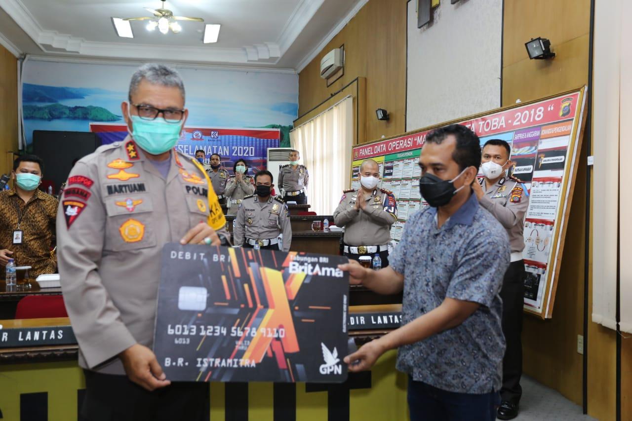 Kapolda Sumut Irjen Pol. Drs. Martuani Sormin M.Si membagikan bantuan sosial secara simbolis kepada supir. Foto: Istimewa