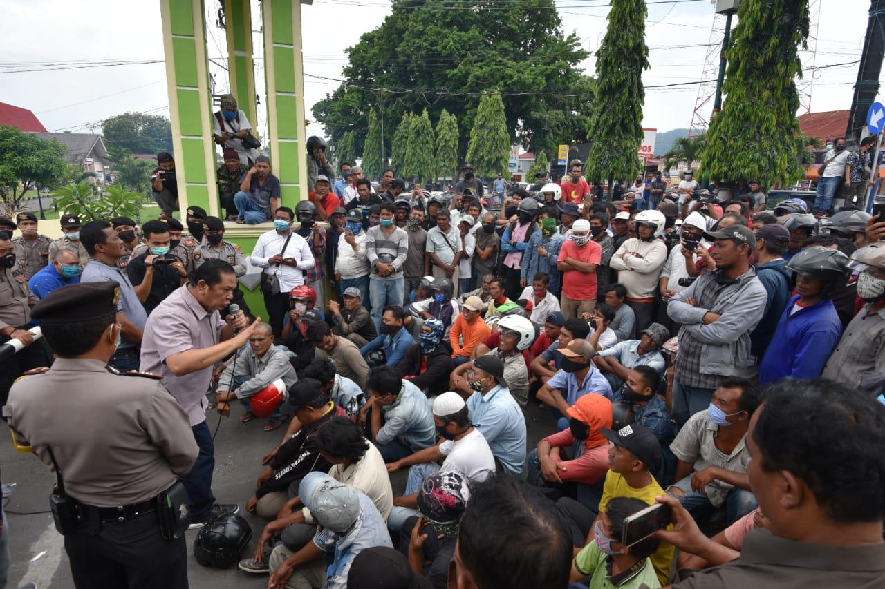 Wali Kota Padangsidimpuan Irsan Efendi Nasution saat menemui pengendara becak. Foto: Istimewa