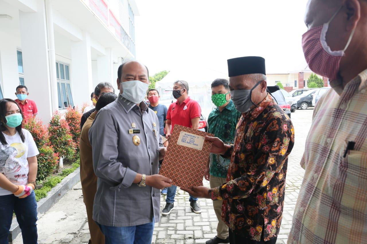 Nikson Nababan serahkan Voucher Belanja Sembako Tambahan di Halaman Kantor Bupati Taput. Foto: Istimewa