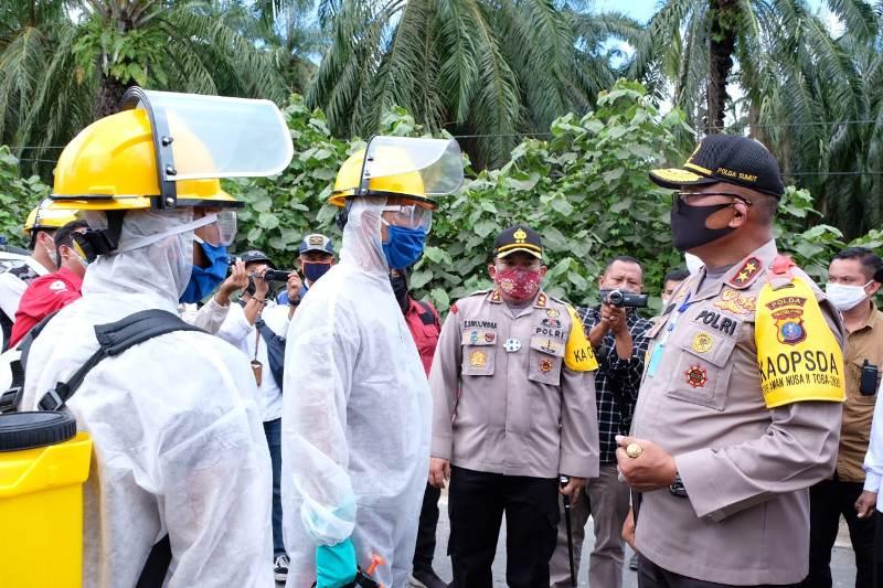 Kapolda Sumut Irjen Pol Martuani Sormin saat berbincang dengan petugas penjaga perbatasan yang mengenakan APD lengkap. Foto: Istimewa