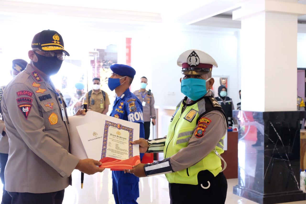 Kapolda Sumut Irjen Pol Martuani Sormin saat memberi penghargaan kepada personel berprestasi di tengah pandemi covid-19. Foto: Istimewa