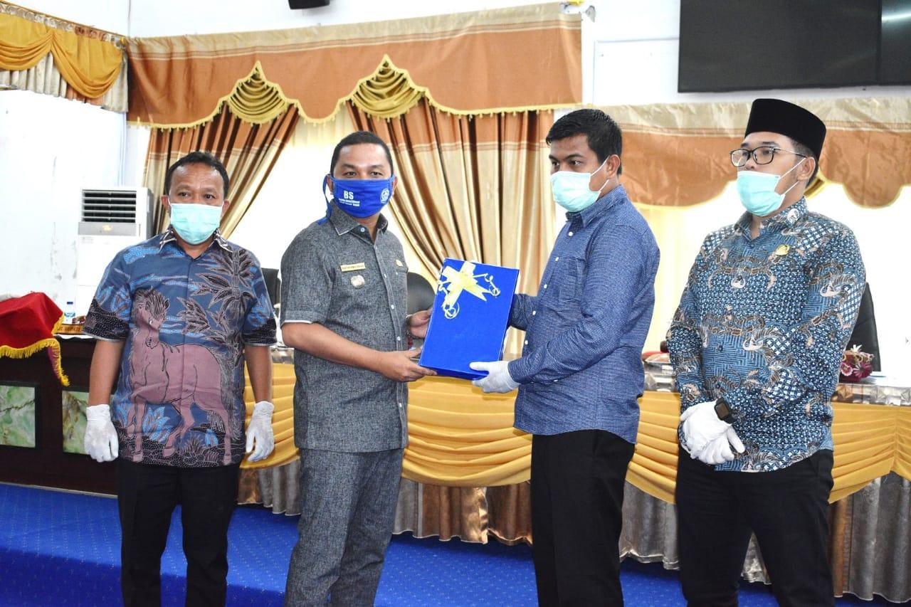 Bupati Tapteng Bakhtiar Ahmad Sibarani saat menyerahkan berkas LKPJ ke Ketua DPRD. Foto: Istimewa