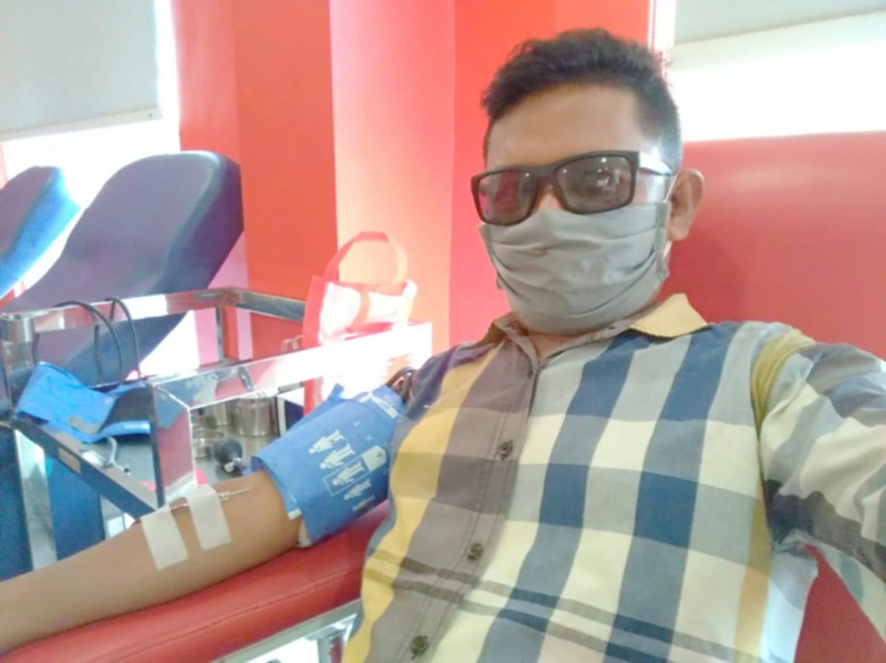 Edison Tamba, member senior Medan Jurnalis Club (MJC) saat donor darah. Foto: Istimewa