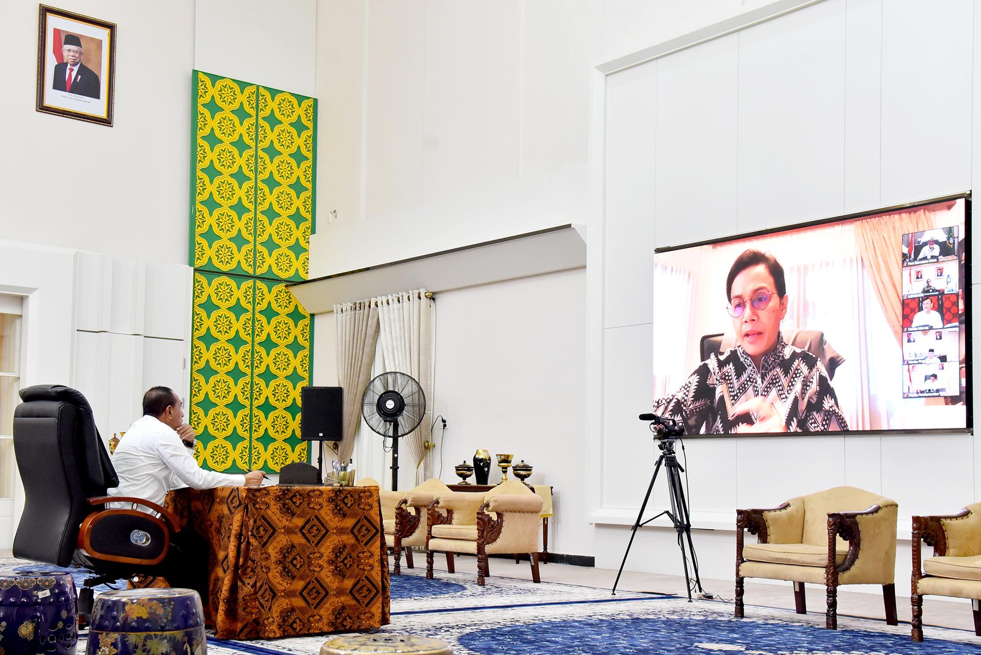 Gubernur Sumut Edy Rahmayadi mendengarkan arahan Menkeu Sri Mulyani saat video conference bersama kepala daerah se Indonesia, Kamis (9/4/2020). Foto: Biro Humas dan Keprotokolan Setdaprov Sumut/ Veri Ardian
