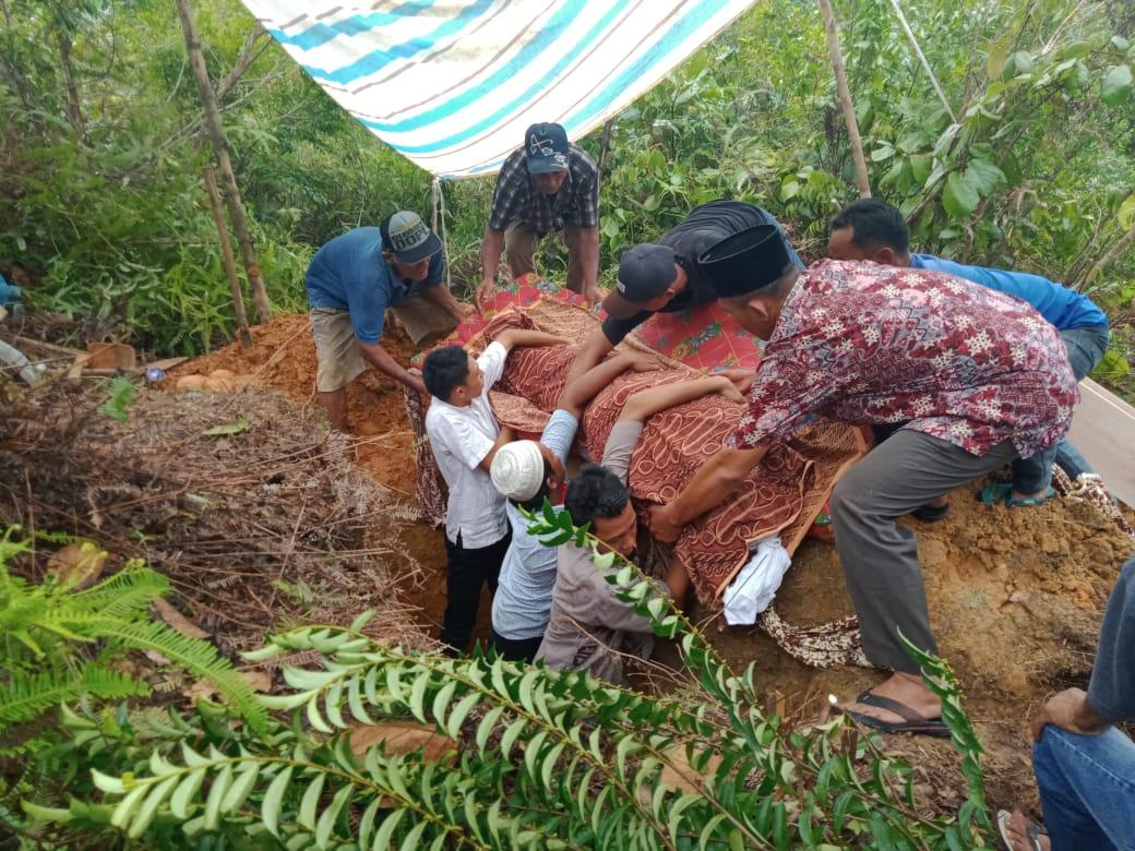 Proses pengebumian jenazah Ameng di pemakaman keluarga. Foto: Dokumentasi Polres Sibolga