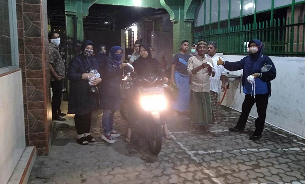 Pengurus dan Simpatisan Partai NasDem membagikan masker kepada jamaah di Masjid Al Ihsan Katapang sebwlum melaksanakan salat Isya dan tarawih. Foto: Istimewa