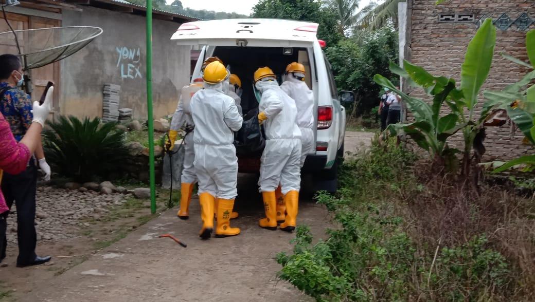 Petugas saat menangani proses pemakaman ODP asal Lumut, Tapanuli Tengah. Foto: Istimewa