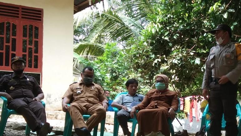 Tim GTPP Covid-19 Paluta saat mengunjungi keluarga Almarhumah SHS (18). Foto: Istimewa.