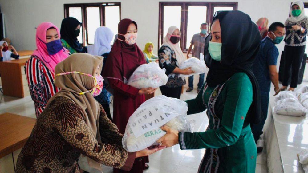 Bunda PAUD Paluta Ade Aan Rostiani Andar Amin Harahap serahkan paket sembako guru PAUD dan TK. Foto: Istimewa.