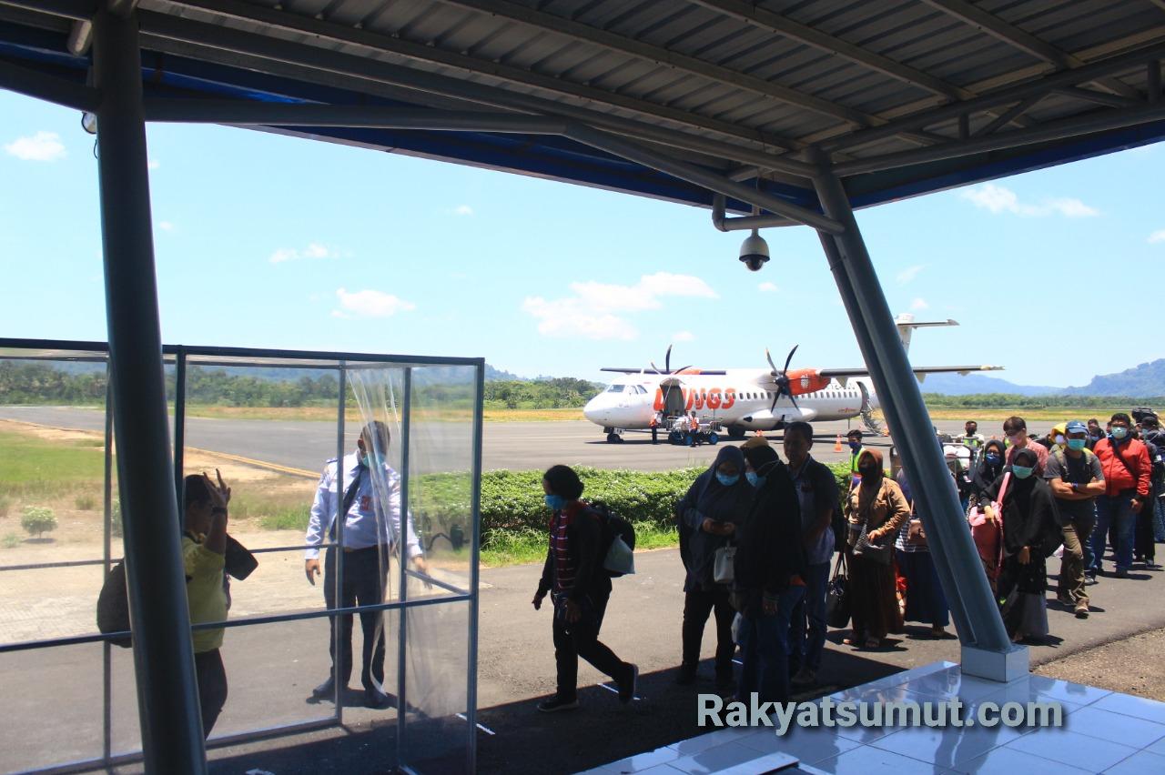 Para penumpang pesawat wings air saat tiba di Bandara DR FL Tobing, Tapteng. (Ilustrasi) Foto: Rakyatsumut.com/ Damai Mendrofa