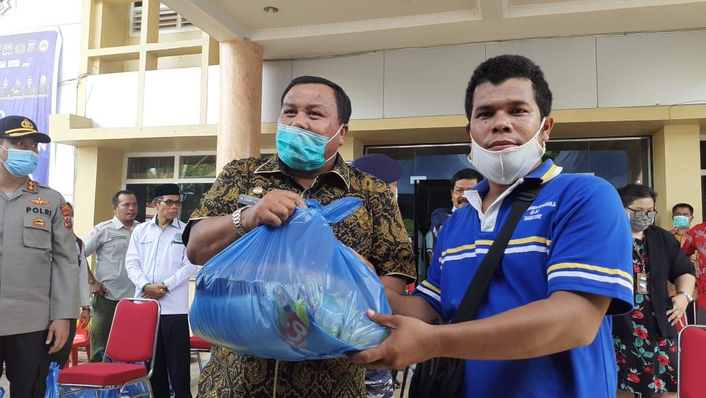 Wali Kota Syarfi menyerahkan paket sembako Baznas kepada penerima. Foto: Rakyatsumut.com/ Mirwan Tanjung