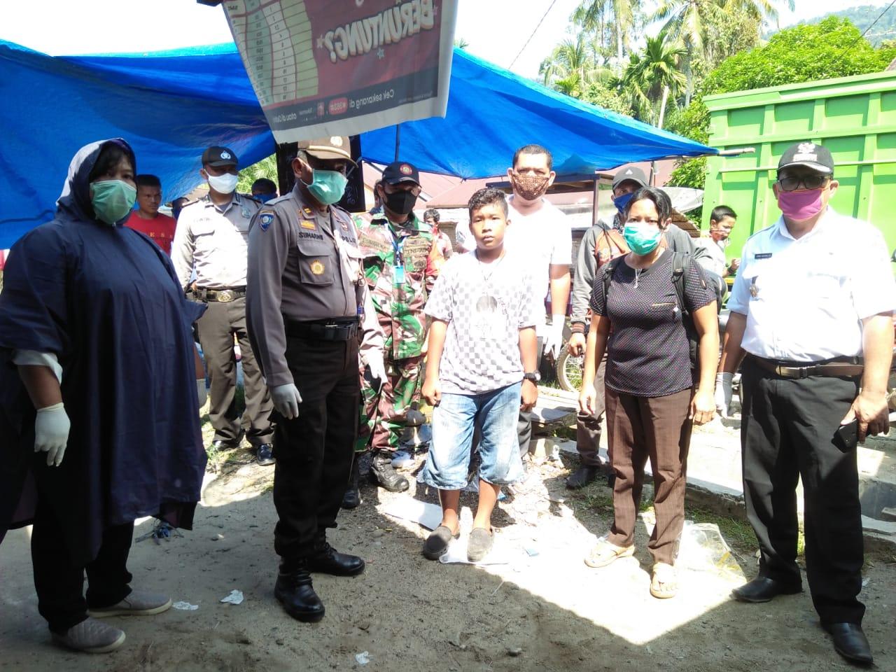 Para petugas gabungan Polisi dan petugas medis saat mengevakuasi jenazah pedagang yang meninggal di Pasar Sukamaju, Pasaribu Tobing, Tapteng. Foto: Istimewa