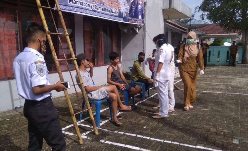 Petugas medis Puskemas Pelabuhan Sibolga saat memeriksa para penumpang asal Nias. Foto: Istimewa
