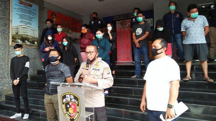 Warga yang tidak patuhi aturan pemerintah dalam memutus mata rantai penyebaran virus corona saat berada di Polda Metro Jaya. Foto: wartakotalive
