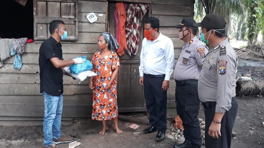 SPB OLUTO Saat membagikan bantuan sembako gratis di Desa Bahal, Kecamatan Portibi, Kabupaten Paluta. Foto: Rakyatsumut.com/ Rifai Dalimunthe.