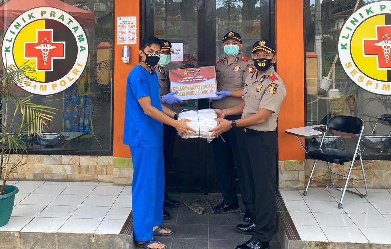 Siswa Sespimen Polri Angkatan ke 60 saat menyerahkan bantuan APD ke Klinik Pratama Sespim Polri di Lembang. Foto: Istimewa