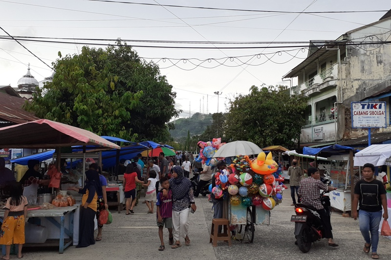 Suasana lapak para pedagang Takjil di jalan Kapen Tandean, Kelurahan Kota Beringin, Kecamatan Sibolga Kota. Foto: Rakyatsumut.com/ Mirwan Tanjung