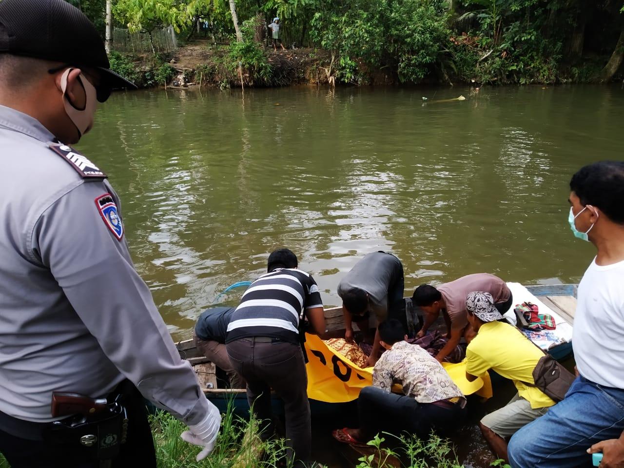 Polisi dan warga saat mengevakuasi jenazah Defrianto Tamba, nelayan Kecamatan Kolang yang meninggal saat mencari ikan. Foto: Istimewa