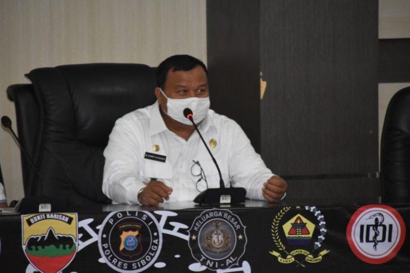 Wali Kota Sibolga Syarfi Hutauruk saat memimpin rapat gugus tugas terkait penyaluran bantuan kepada warga terdampak covid-19. Foto: Istimewa