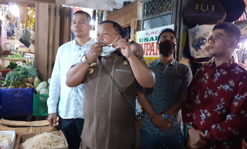 Wali Kota Sibolga saat mengumumkan keringanan retribusi ke pedagang pasar Nauli Foto: Rakyatsumut.com/ Mirwan Tanjung