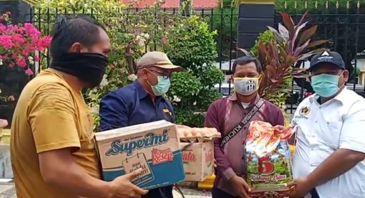 Seorang wartawan di SIbolga saat menerima bantuan. Foto: Istimewa
