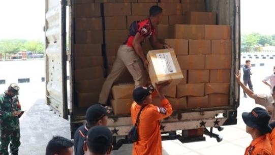 Bantuan sembako bersumber dari APBD Provsu tiba di Kantor Bupati Paluta. Foto: Rakyatsumut.com/ Rifai Dalimunthe.
