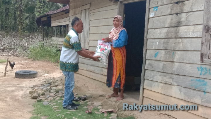 SPB-OT saat bagikan paket sembako gratis secara pintu ke pintu untuk menghindari kerumunan warga. Foto: Rakyatsumut.com/ Rifai Dalimunthe