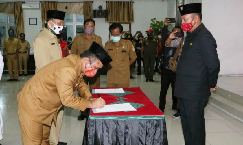 Bupati Taput Nikson Nababan (kanan foto) menyaksikan pejabat baru menandatangani pakta integritas. Foto: Istimewa